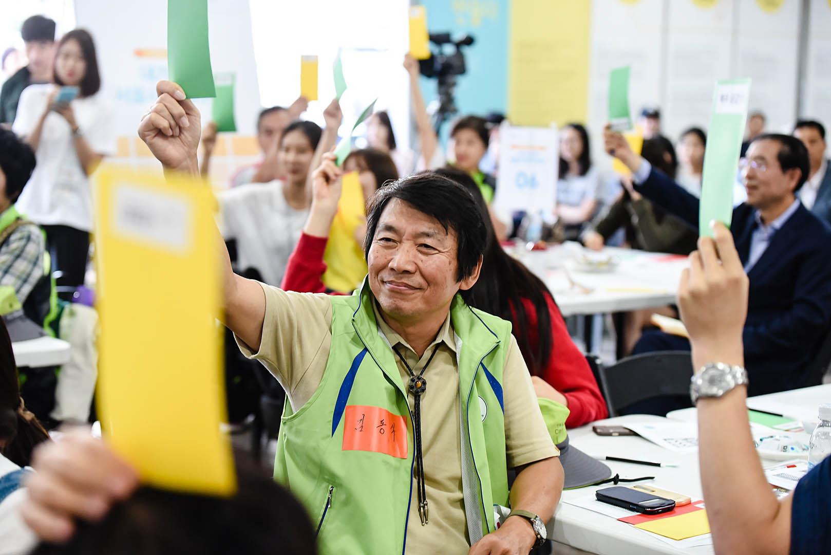지난 9월 12일 서울정책박람회 클로징행사 중 참가자들이 우수정책제안을 뽑는 투표를 하고 있다.