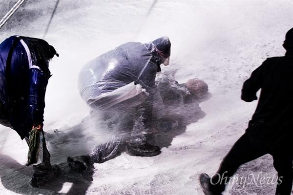 경찰, 부상자 발생에도 무차별 물대포 민중총궐기 대회가 열린 14일 오후 서울 종로1가 종로구청입구 사거리에 설치된 경찰 차벽앞에서 69세 농민 백남기씨가 강한 수압으로 발사한 경찰 물대포를 맞은 뒤 정신을 잃고 쓰러졌다. 시민들이 구조하려하자 경찰은 부상자와 구조하는 시민들을 향해서도 한동안 물대포를 조준발사했다.