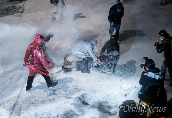 부상자 구조에도 물대포  민중총궐기 대회가 열린 14일 오후 서울 종로1가 종로구청입구 사거리에 설치된 경찰 차벽앞에서 69세 농민 백남기씨가 강한 수압으로 발사한 경찰 물대포를 맞은 뒤 정신을 잃고 쓰러졌다. 시민들이 구조하려하자 경찰은 부상자와 구조하는 시민들을 향해서도 한동안 물대포를 조준발사했다.