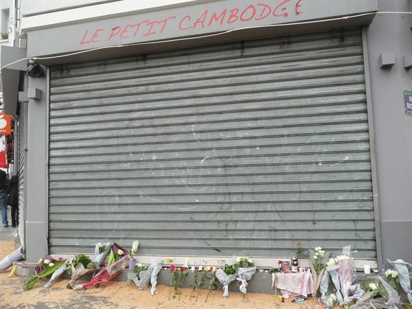 테러가 일어난 프랑스 파리의 캄보디아 식당 앞에 놓인 꽃들