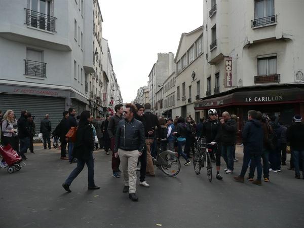 테러가 일어난 프랑스 파리의 캄보디아 식당과 르 크리옹 카페가 마주 보고 있는 거리