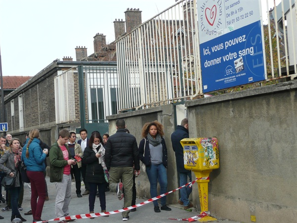 파리 테러 후 병원 앞에서 헌혈을 위해 줄서 있는 프랑스인들.