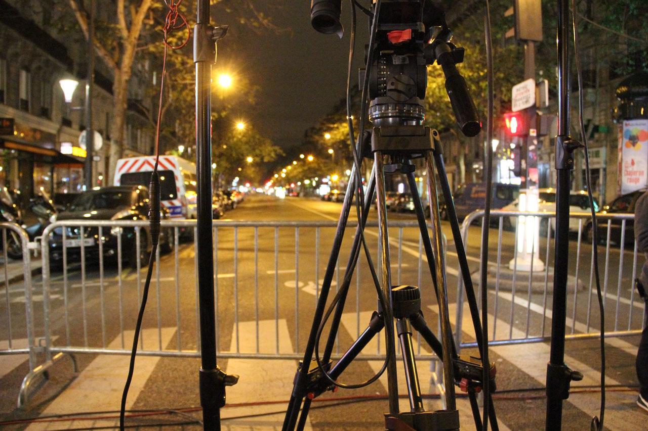 볼테르가 주변에 쳐진 바리케이드 앞에 기자들이 생방송을 준비하고있다.