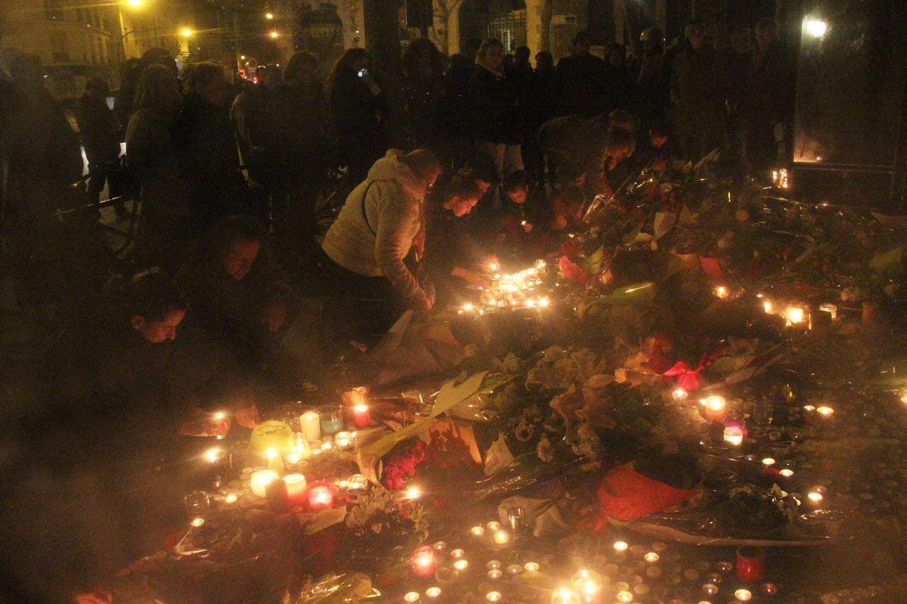 샤론느 길 테러 희생자들을 조문하는 시민들