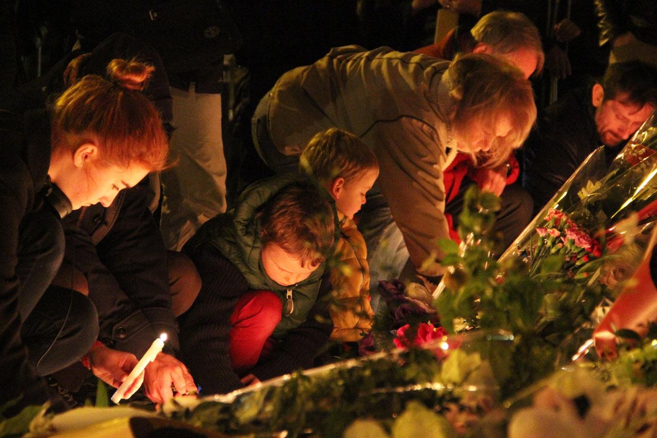 아이들과 함께 샤론느 길 테러 희생자들을 조문하러 나온 가족