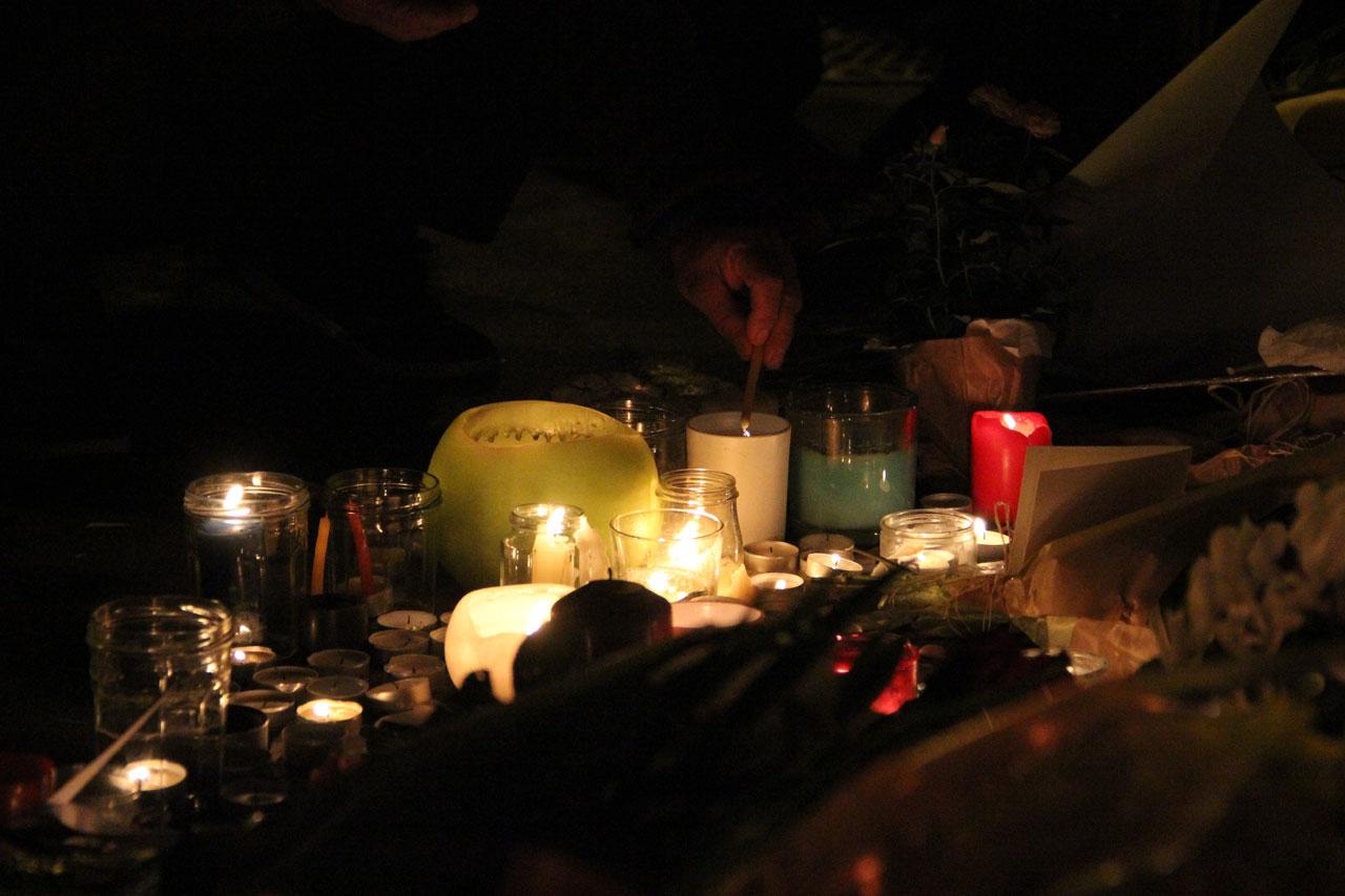 샤론느 길 테러 희생자들의 명복을 빌며 놓여진 촛불들.
