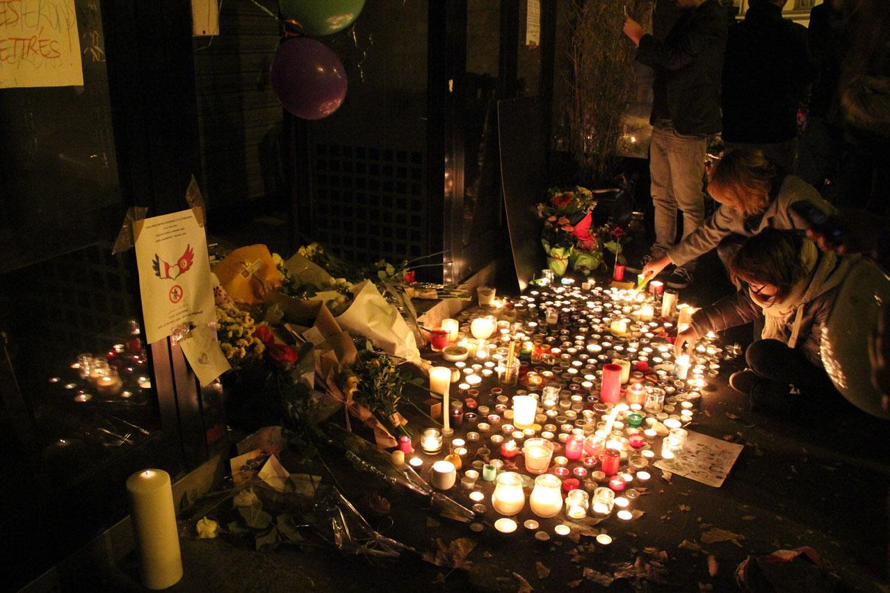 샤론느 길 테러 희생자들을 조문하러 온 시민들