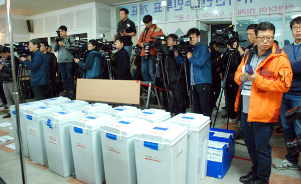 11일~12일 양일간의 투표가 끝나고 개표장에는 수많은 기자들이 몰려들었다. 인구 4만의 영덕군에 이렇듯 많은 기자들이 몰려든 것도 처음이라고 한다.