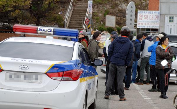 12일 오전 11시 영덕군 축산면 제2 투표소 축산항 투표소 50m 부근에 새벽부터 렌터카 두 대가 CCTV를 찍는 것이 알려지면서 경찰이 출동하고 투표소 관리원들이 몰려들었다.