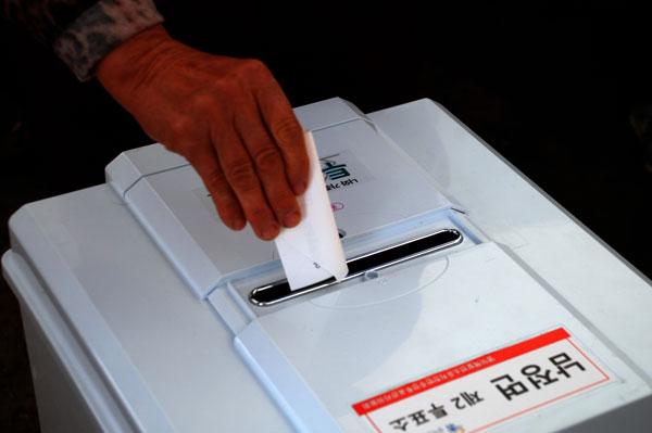 """""""(투표) 귀찮아, 난 그럭저럭 살겠지만...그런데 아이들은 살아야 하잖아""""라고 말씀하시던 팔순 어르신이 밭고랑처럼 골 자리가 파인 손으로 투표를 하고 있다. 영덕의 희망을 보았다."""