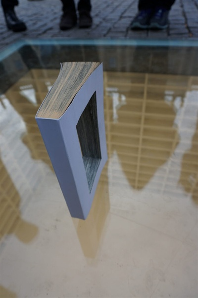 나치 정권이 국민들의 책을 불태운 사건인 '베를린 분서'의 기념비 위에 내용이 도려내진 책을 놓아보았다.