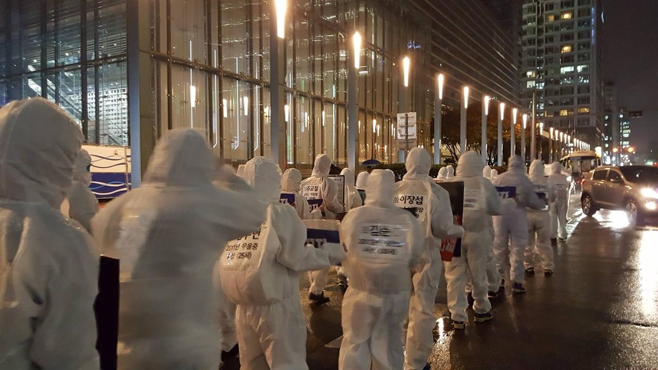 방진복을 입고 삼성전자 사옥을 도는 삼바대회 참석자들 75명 이라는 숫자는 2015년 11월 까지 제보된 삼성전자 반도체/LCD공장에서 직업병으로 사망한 노동자의 수를 의미한다.