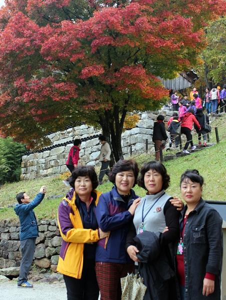 중년 여인들은 능가산 내소사의 부처님 염화미소 같은 단풍에 마음을 빼앗겼습니다.