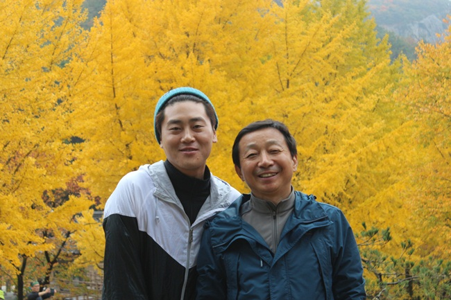 스승과 제자, 능가산 내소사 은행나무 단풍 앞에 섰습니다.