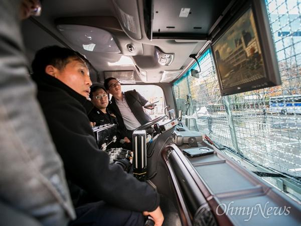 선명한 모니터 보며 물대포 조작하는 경찰 지난 14일 민중총궐기대회에서 경찰의 물대포 과잉진압으로 부상자가 속출해 논란이 되고 있는 가운데 17일 오전 서울 중구 경찰청기동본부에서 경찰관계자들이 사용 적합성을 주장하기 위해 살수차 시연을 하고 있다. 경찰은 차량에 설치 된 카메로 보여지는 15인치 모니터로 보며 물대포를 조절했다. 살수차는 현재 물대포를 맞아 의식불명상태인 백남기씨를 향해 쏜 차량과 다른 모델이었고, 4000리터의 물을 소진 하는데 2분이 걸리지 않았다.