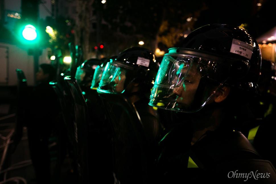 민중총궐기대회가 열린 14일 오후 서울 종로구청 앞 사거리에 있는 경찰들의 모습.