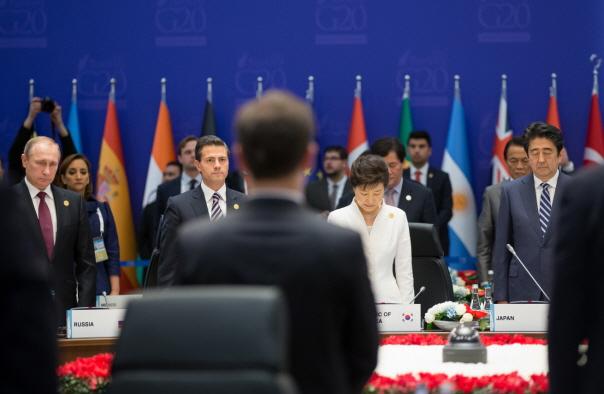 박근혜 대통령을 비롯한 G20 정상회의에 참석한 각국 정상들이 11월 15일(현지시간) 오후 G20 정상회의가 열리는 안탈리아 레그넘 호텔에서 정상회의 전 파리 테러 희생자들을 추모하는 묵념을 하고 있다.