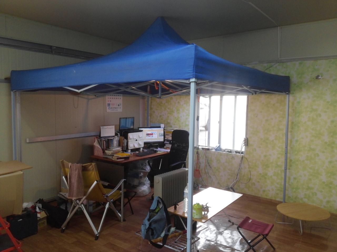 천막 사무실 여기에 4면 바람막이만 두르면 아늑하게 겨울을 날 수 있다. 부디 그 안에서 비수기 타개책이 떠오르길.