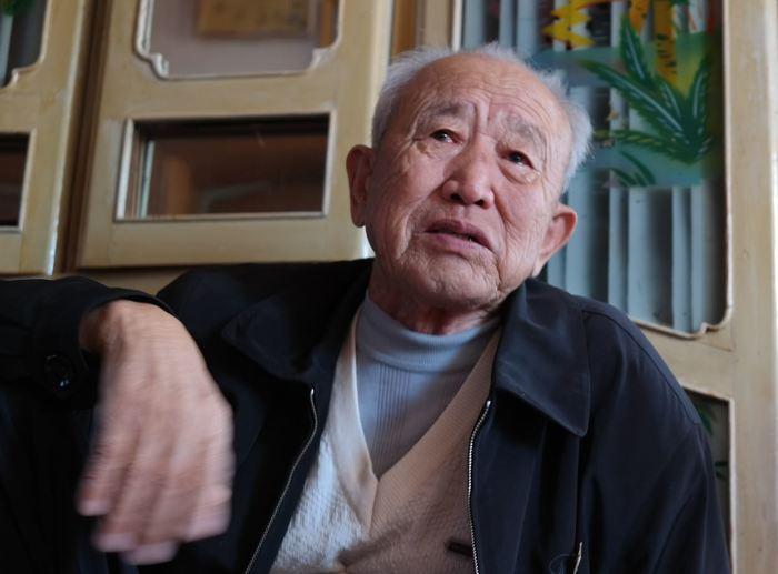 항일투자의 막내아들 김문필 씨  김철운 항일투사의 셋째아들 김문필씨가 아버지 김철운 열사가 가르쳐준 추도가를 부르며 눈물을 감추지 못했다.
