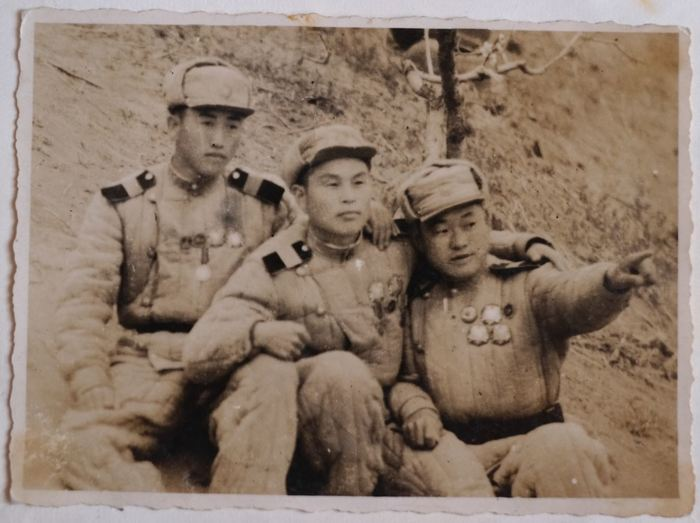 조선지원군 시절 김문필 씨 한국전쟁 중국 의용군으로 참전하여 류경수 탱크부대에서 싸웠던 김철운 항일투사의 셋째아들 김문필 씨의 모습(맨 왼쪽), 105탱크사단 류경수 사단장이 동지였던 김철운 항일투사의 자녀들을 그렇게 찾고 싶어했다는 것을 이때는 알 수 없었다.