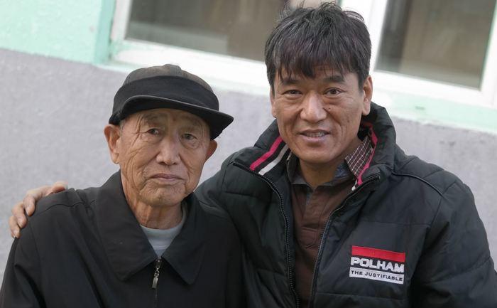 김문필씨와 필자 만주 개산툰 김문필 씨 집을 방문한 필자(오른쪽)