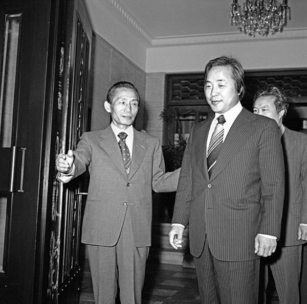 1975년 5월 21일 박정희 대통령(왼쪽)이 김영삼 신민당 총재을 접견하고 있다.