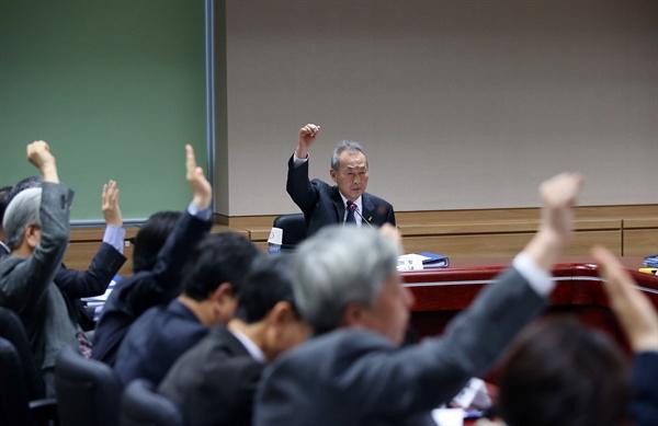 23일 오전 서울 중구 세월호 특조위 사무실에서 열린 제19차 특조위 회의에서 이석태 위원장(가운데) 등 위원들이 거수로 찬반 의사를 표명하고 있다.