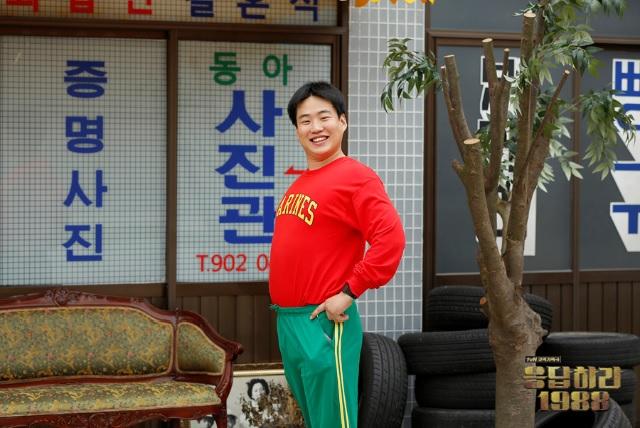 <응답하라1988>의 정봉 해맑게 웃고 있는 정환의 형 정봉(안재홍 분)