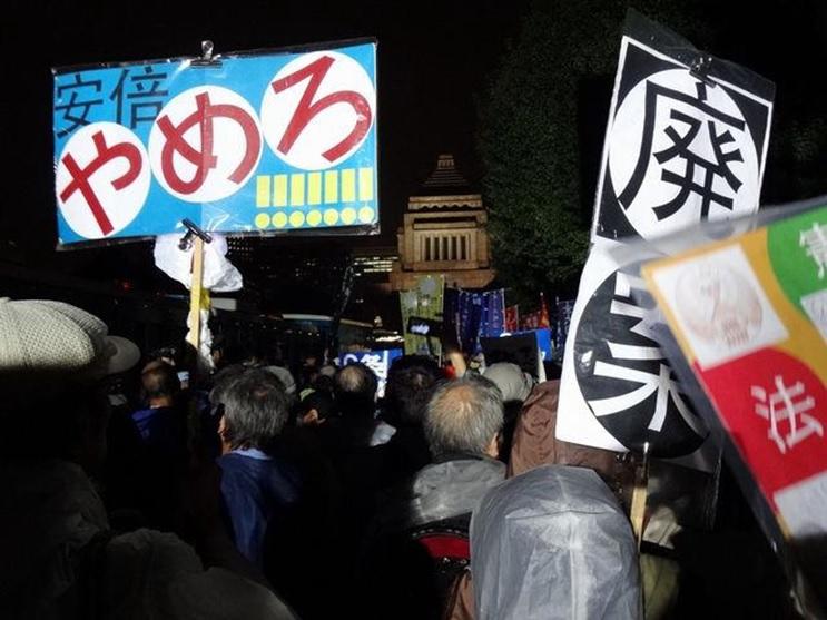 아베정권의 안보법안 반대 시위 지난 9월 아베정권의 안보법안에 반대하는 일본시민들이 국회로 모였다. 반대 투쟁기간 동안 최대 12만명의 시민들이 국회앞에 모였다.