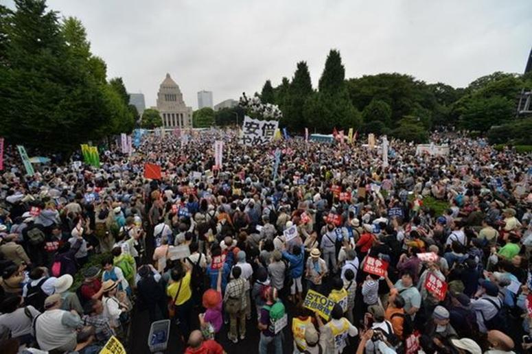 일본 국회앞에 운집한 안보법안 반대 인파 일본 국회앞에 운집한 안보법안 반대 인파. 그럼에도 불구하고 아베정권은 안보법안 재개정을 통과시켰다.