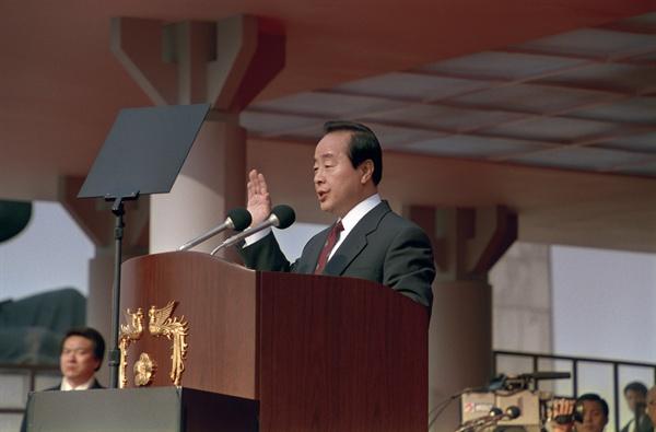 국회의사당 앞에서 거행된 제14대 대통령 취임식에서 김영삼 대통령이 취임선서를 하고 있다.  1993.2.25