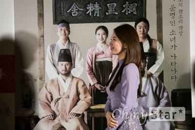 주연을 맡은 배우 배수지가 18일 오후 서울 성동구 왕십리 CGV에서 열린 <도리화가> 언론시사회에서 기념촬영을 위해 무대 위로 오르고있다. <도리화가>는 조선 최초 여자 소리꾼을 소재로 하고 있고, 11월 25일 개봉한다.