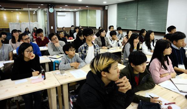 공적 글쓰기를 고민하며 모인 참석자들이 김종희 대표의 강의를 유심히 듣고 있다.