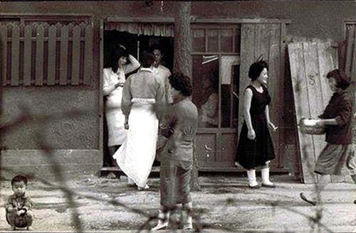 1960~61년 인천 부평 애스컴시티(Ascom City) 앞 기지촌 풍경. <ME&KOREA> 제공