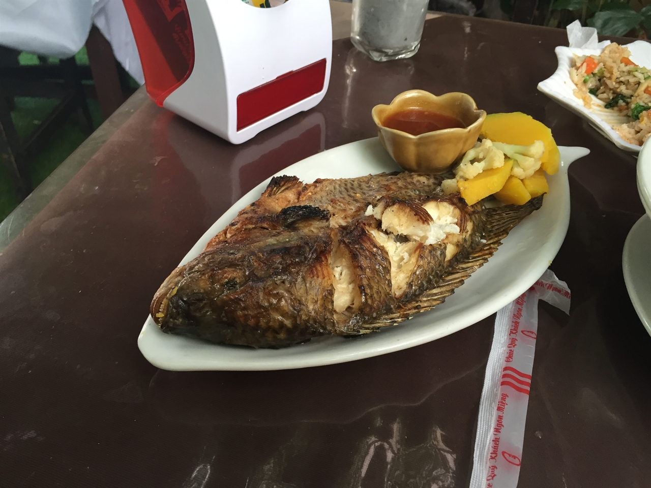 루앙프라방에서의 늦은 점심 무슨 물고기인진 모르겠다. 맛은 좋다.