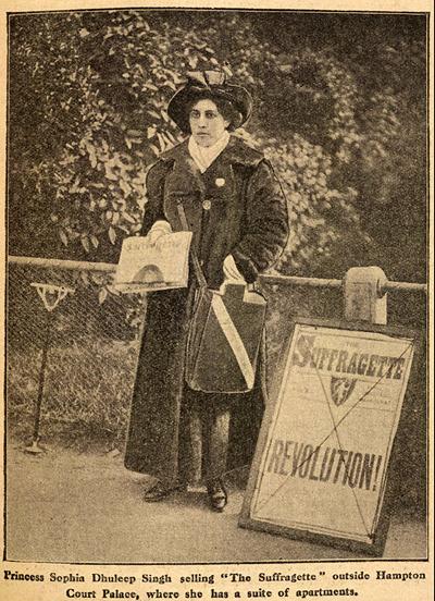 빅토리아 여왕이 마련해준 숙소인 햄프턴 코트 궁전 앞에 가판대를 설치하며 여성 참정권 운동가들이 만든 신문을 직접 판매하면서 그녀는 크게 언론의 주목을 받는다.