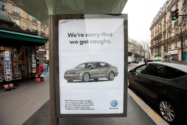 파리 시내에 걸린 비판 광고