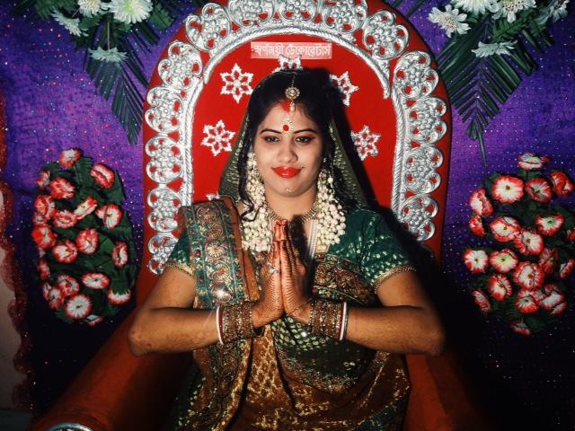 인도의 서쪽 아마다바드(Ahmedabad)보다 신부의 더 짙은 화장과 화려한 장신구가 돋보이는 동쪽 소나무키의(Sonamukhi)의 결혼식 모습