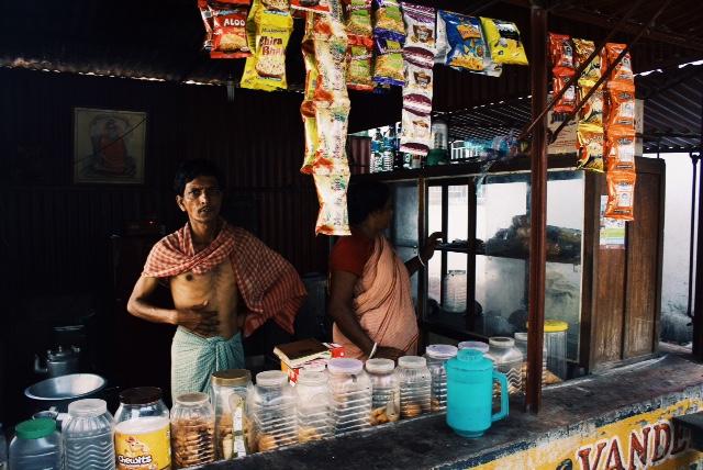 소나무키 기차역 매점에서 짜이를 끓이고 있던 남자. 긴 천을 둘러서 치마처럼 입고 있었다.