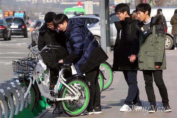 1일 오후 서울 중구 서울시청 앞에 설치된 서울 공공자전거 '따릉이' 대여소에서 지나가는 학생들이 자전거를 관심있게 살펴보고 있다. '따릉이'는 만 15세 이상 누구나 이용할 수 있으며 홈페이지나 스마트폰 앱을 통해 이용권을 구입할 수 있다.