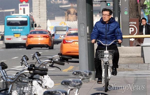 김경년 <오마이뉴스> 기자가 서울 공공자전거 '따릉이'를 무인대여소에서 대여해 자전거를 직접 타보며 체험하고 있다.