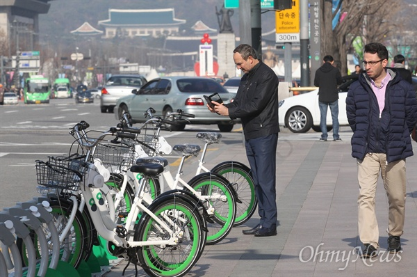 1일 오후 서울 중구 서울시청 앞에 설치된 서울 공공자전거 '따릉이' 대여소에서 지나가는 외국인이 자전거를 관심있게 살펴보고 있다. '따릉이'는 만 15세 이상 누구나 이용할 수 있으며 홈페이지나 스마트폰 앱을 통해 이용권을 구입할 수 있다.