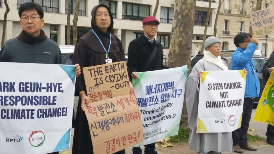 파리총회에 참가하고 있는 한국 종교계와 시민사회 피켓시위 박근혜 대통령이 유네스코 특별연설하는 건물 앞에서 종교계를 비롯한 한국시민사회 참가단에 항의 집회를 하고 있다