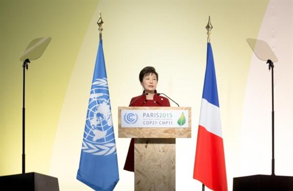 박근혜 대통령이 11월 30일 오후(현지시간) 프랑스 파리 르부르제 공항 컨벤션센터에서 열린 유엔 기후변화협약 당사국 총회(COP21)에서 기조연설하고 있다.