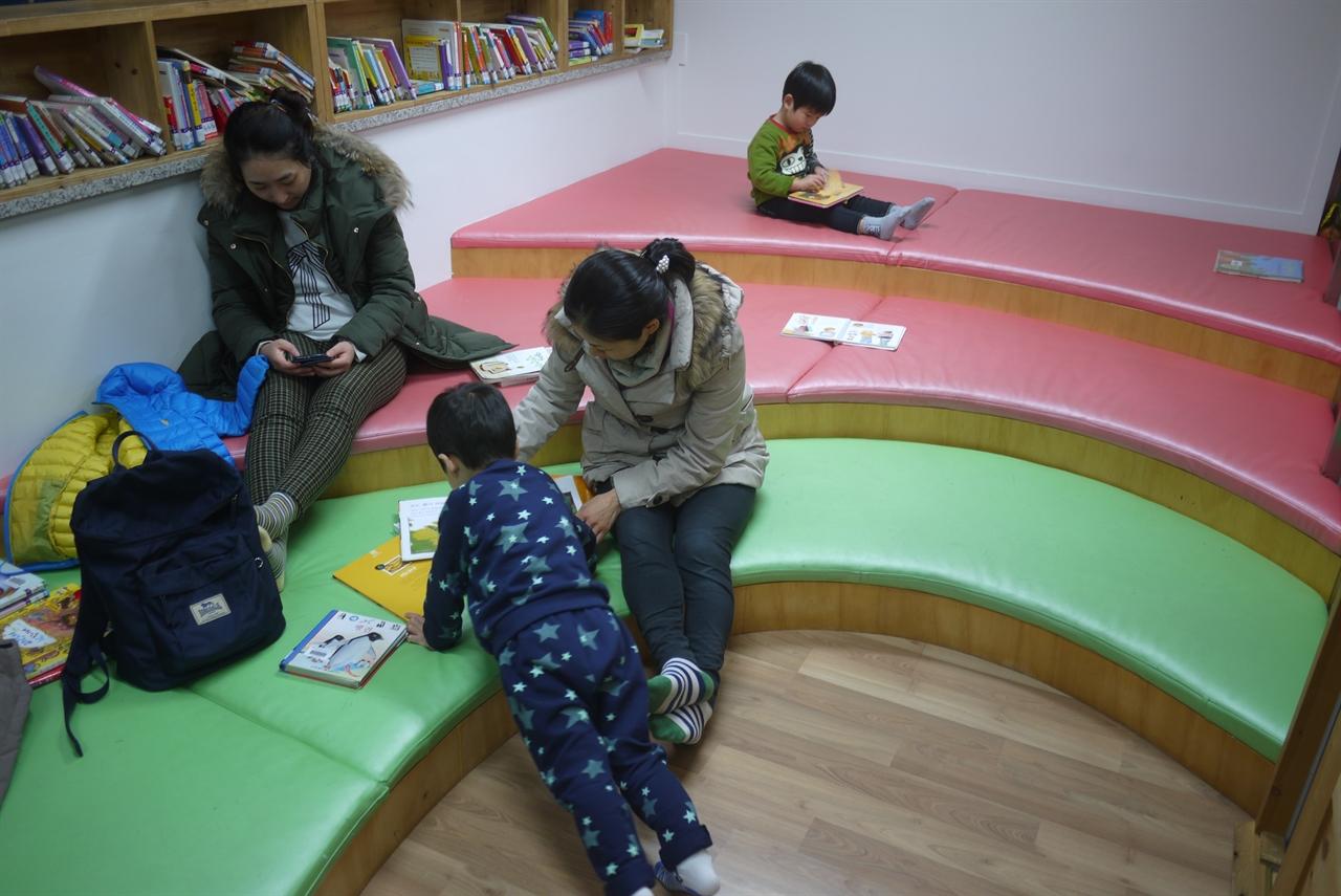 새날도서관 4층 이야기방의 모습.  어린이와 부모들이 함께 책을 읽고 있다.