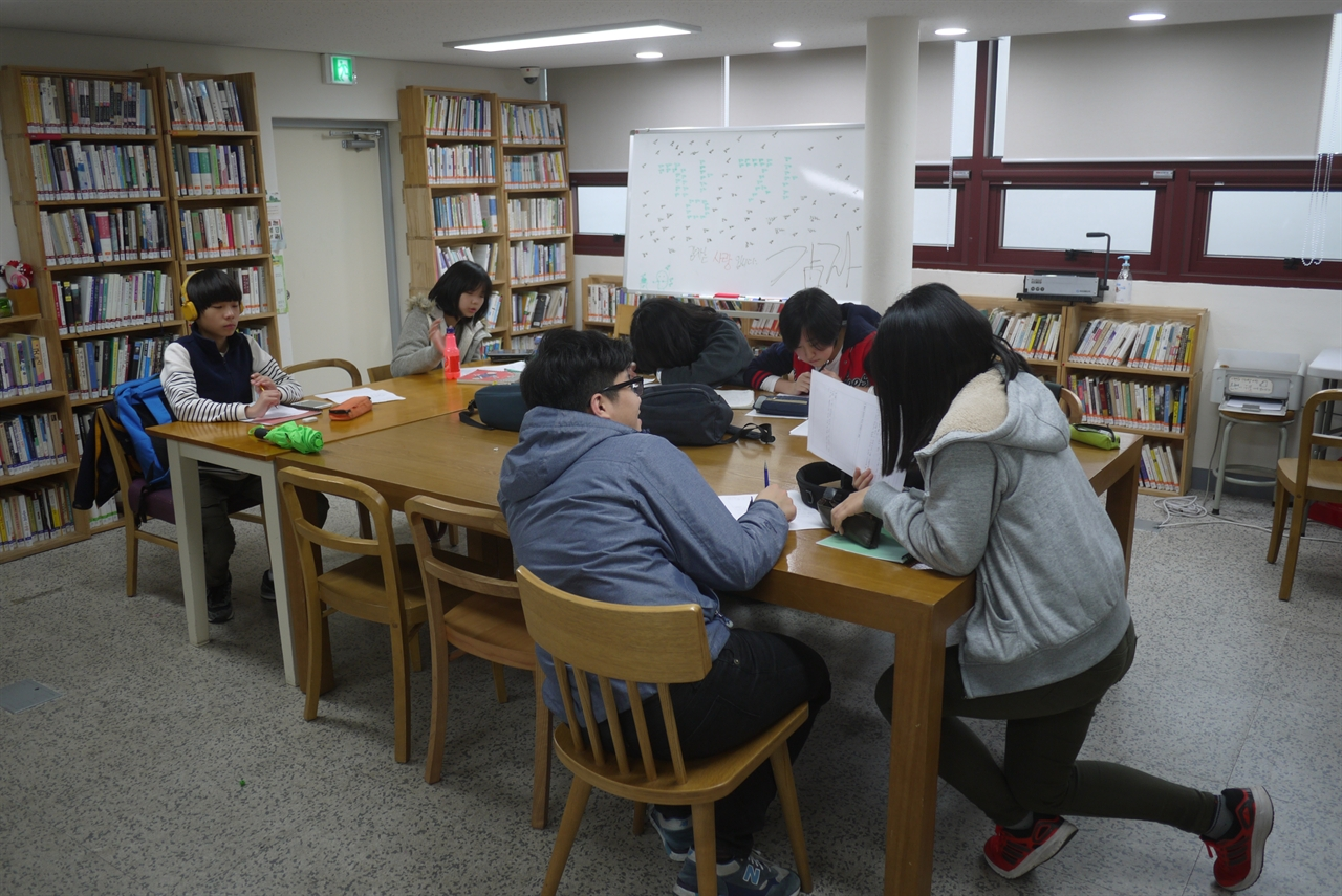'공간민들레'의 학생들이 자유롭게 각자의 과제를 하고 있는 모습.