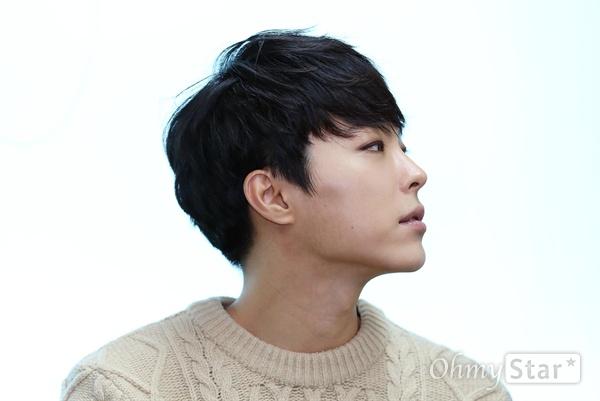 새 미니앨범 <괴물>을 발표한 가수 박시환이 25일 오전 서울 상암동 오마이뉴스 사무실에서 포즈를 취하고 있다.