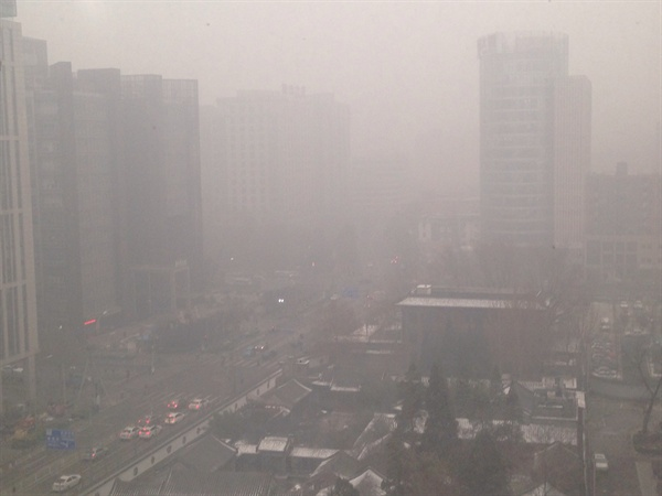 사진2. 12월 1일 오후 2시 경, 베이징 하이뎬취(海淀?) 중관촌(中?村) 인근 13층 빌딩에서 내려다본 일대 전경.