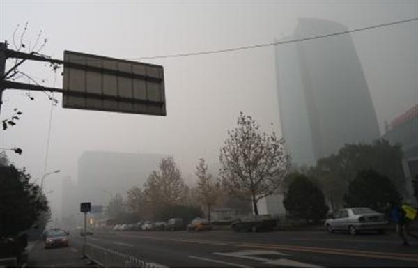 12월 1일 오후 4시 경, 베이징 하이뎬취(海淀?) 중관촌(中?村) 랜드마크인 중국석유화공집단(Sinopec) 빌딩이 미세먼지에 둘러싸여 있다.