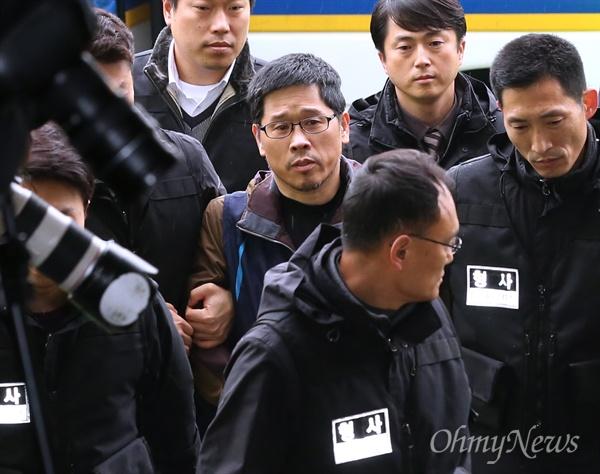 남대문서 도착한 한상균 위원장 한상균 민주노총 위원장이 조계사 은신 25일 만에 퇴거해 10일 오전 서울 남대문경찰서에 자진출두하고 있다. 조계사를 나온 한 위원장은 경찰 호송차를 타고 남대문경찰서에 도착했다.
